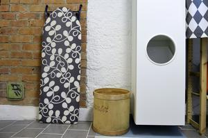 Limburken i trä fanns i huset när Sara och Johan flyttade in. Sara har skrapat den ren och den används nu som papperskorg.