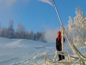 Karl Fredrik Svensson sliter för fullt i Bjursås ski center. Säsongspremiär i helgen. Gott om snö i backen, som synes. Foto: Privat