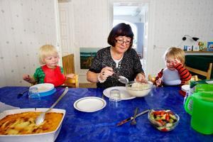 AnnaLena Zetterberg har jobbat på Strandgatans förskola i nio år och tycker det är synd att kommunen har beslutat att stänga en verksamhet som fungerar. Här tillsammans med barnen Emma och Milliam.