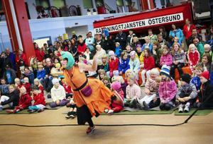 """Kulturskolan från Norrköping gav en skojfrisk teater """"Heta låtar med rök och sirener"""" för att barnen skulle lära sig ring 112. Här är """"Flamman Karlsson"""" i full aktion."""
