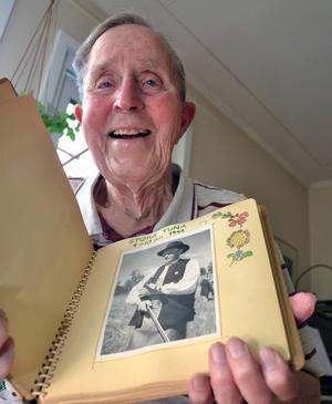 Fotografering har varit Mårtens största hobby vid sidan av intresset för folkmusiken. En av de mest spridda bilderna av Gössa Anders tog Mårten på spelmansstämman i Stora Tuna 1950.