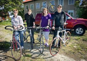 Hela familjen Östby åker ner till Motala för att cykla Halvvättern. Mamma Karin, sonen Svante, dottern Cecilia och pappa Lars-Gösta.