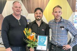 SFU:s ordförande Arne Duberg och styrelsemedlem Sebastian Lindström räckte idag över blommor till Mikael Tuncer.
