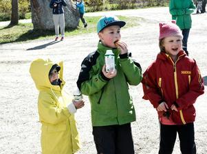 Alla bjöds på mjölk och bulle. Här är det fikadags för Elma Östman, Emil Åström och Aprilia Huss.
