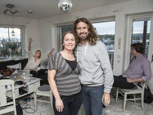 Maria Skalin med Mix megapols Anders Timell och Gry Forssell hejar på i bakgrunden.