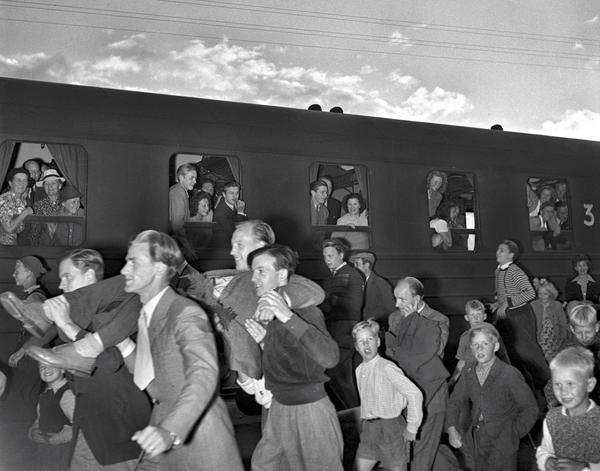 Hem. När Allan Lindström och Tore Tillman kom hem efter EM 1946 firades de stort. Foto: Ur fotograf Peter Nybloms arkiv/ FIF