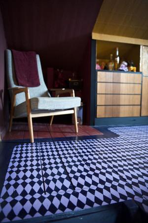 Golvet är målat tre gånger med linoljefärg, därefter ritade Sara mönstret med blyerts efter en mall: