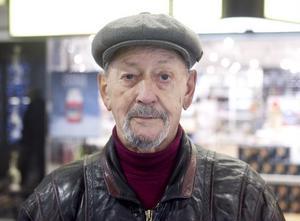 David Persson, 79, Hudiksvall:– Jag ringer så sällan. Huvudsaken är att man inte blir utan telefon, sedan spelar det ingen roll för min del.