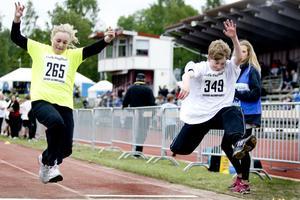 Ludvigsbergsskolans Emma Ekman och Isak Frödin från Rotskärsskolan 6AB tävlade i längd.