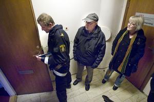 Ove Lindblom och ägarna Sven och Eva Carlberg konstaterar att dörren brutits upp.