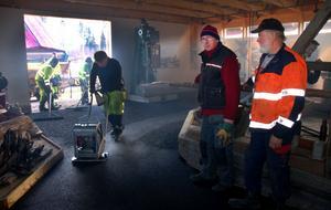 Gösta Frost och Olle Erlands konstaterar att det blir bra med asfaltgolv i flottningsmuseet.