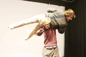 Flavia Devonas, Peter De Vuyst och Nathan Jardin sätter upp en dansföreställning tillsammans,
