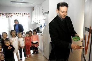 Barn- och utbildningsnämndens förste vice ordförande Ronny Larsson (S) bockade av invigningen av Sundsängens förskola som ett projekt som nu är klart.BILD: JESSICA UHLIN