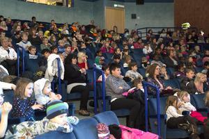 Sammanlagt cirka 460 personer – barn och personal – såg föreställningarna i Aveny.