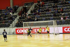Göransson cup är i gång och en av turneringens första matcher var det spännande mötet i P10 mellan Stensätra i gult och Huge i blått. Lukas Mossberg i Stensätra fastställde slutresultatet från nära håll till 3–1.