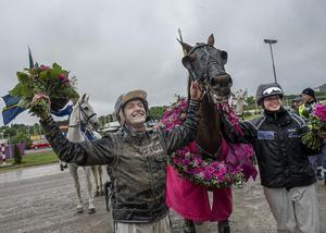 Robert Bergh med Nahar efter Elitloppssegern 2013. Nu kommer han till Östersund.