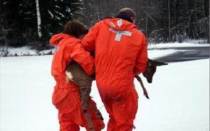 -- Kom igen, Signe, försök att röra på dig nu, säger Kajsa Johansson och Johnny Aarensturp från räddningstjänsten. FOTO: ANGELICA LINDVALL