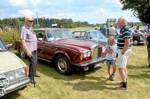 Pratstund. Bengt Pettersson byter några ord med Tord Sandgren som båda äger varsin Rolls-Royce. Med är också Tords barnbarn Ella Nordenström.Foto: Veronica Svensson