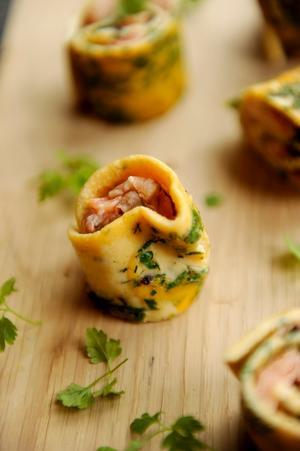 Lätt som en omelett! Tunn omelett med örter rullas och fylls med saftig varmrökt lax.