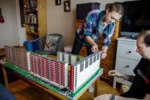 Sektionerna till projektet Flemingsberg sätts på plats. ErikHagsved är regionsansvarig i Swebrick och har byggt lego hela sitt liv.