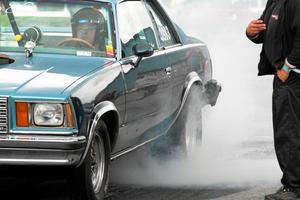 Torbjörn Låås från SHRA Vansbro-Äppelbo bränner gummi i sin Chevrolet malibu.