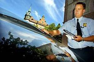 Foto:GUNWIGHLappad. På Stortorget är det bara tillåtet att parkera för att lossa eller lasta varor. Efter att ha väntat en bra stund på föraren bestämde sig parkeringsvakten Stefan för att skriva ut en böteslapp.