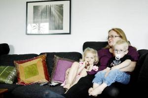 """""""Det är tredje veckan vi är hemma med sjuka barn nu. Och det känns ekonomiskt"""", säger Kerstin Arvidsson. Här med sonen Nils och dottern Signe."""