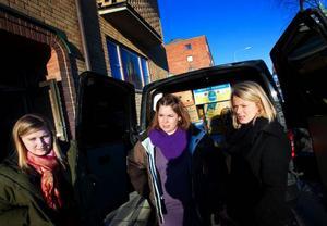 """Hjälpsändningen till Estland och Lettland är Isa Fagerberg, Viktoria Alfredsson, och Pamela Strömlund Molunds projektarbete på gymnasiet. """"Förut var jag glad och såg fram emot det, men nu är jag lite rädd också, säger Viktoria.     Foto: Håkan Luthman"""