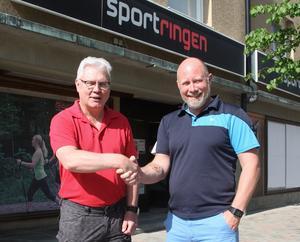 Sportringen i Sollefteå byter ägare. Mats Hallin (tv) lämnar över till Daniel Söderström.