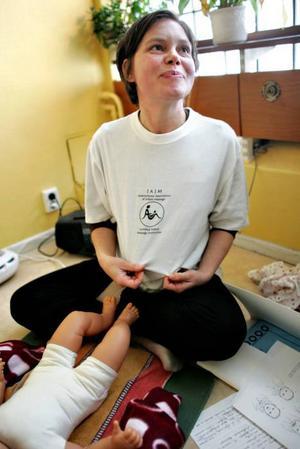 Lotta Edgren utbildade sig till spädbarnsmassageinstruktör efter att ha fått sitt första barn.