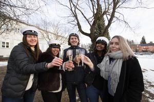 Wilma Hedin, Elelta Tella, Theodor Hellgren, Mili Woldeghebriel, IdaMaria Åkerlund vid studentkommittén på Brinellskolan firade att studentfirandet flyttats tillbaka till lördag igen.