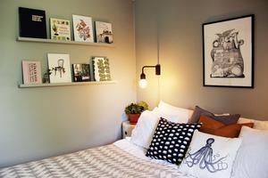 Ovanför sängen hänger en signerad litografi av Hans Arnold.