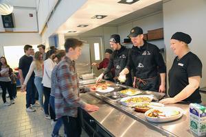 Kökschefen på Sonfjällsskolan, Catrin Persson, till höger, var nöjd med den  lokala korven.