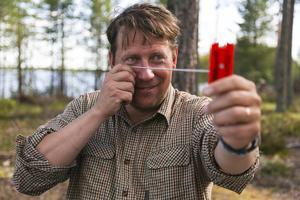 Anders Häggkvist kan hantera ett relaskop. Det gör han varje dag i sitt arbete när han volymbestämmer ett skogsbestånd.