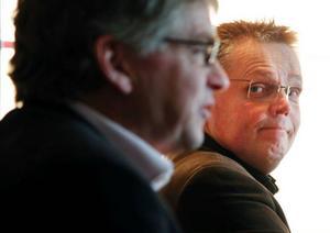 Riksdagsman Per Åsling (C) i förgrunden fick agera chaufför när statssekreteraren Jöran Hägglund (C) i går besökte länet.