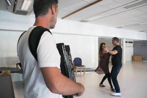 Janne Roos spelar dragspel. Annica Grinde och Kjell Karlsson visar upp en vals som även kan komma att läras ut under hösten.