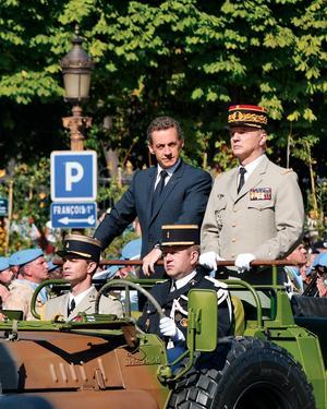 Frankrikes förre konservative president Nicolas Sarkozy i en  militärparad 2008.
