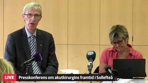 Länsverksamhetschefen Leif Israelsson och sjukhusdirektör Nina Fållbäck Svensson på presskonferensen om akutkirurgin vid Sollefteå sjukhus.
