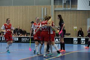 Telge jublar efter Johanna Kauppinens 2–1-mål.