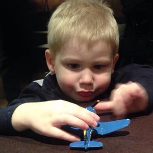 Henry 3 år leker med en av dom bästa julklapparna som han fick.Glädje att se att han kan leva in i sin lek med sin flygplan.