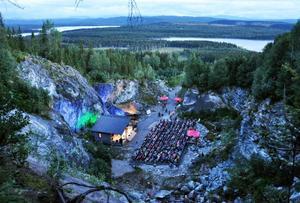 Norhallas invigningskonsert blev lyckad från början till slut. Över 400 personer kom och kunde njuta av både musiken och den oerhört vackra utsikten från den naturskönt belägna utomhusscenen. Dessutom fick alla sittskydd: ingen i Norhalla ska behöva bli kall om baken, menar arrangörerna.