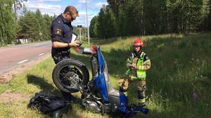 Polis  och räddningsledare vid motorcykeln.