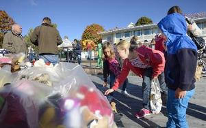 Fyra gånger Leander lämnar nallar till världens barn: Tyra, Irma, Noel och Nell. Foto: Kjell Jansson/DT