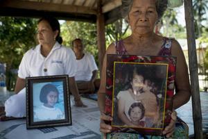 Ian Wangmnang förlorade en dotter och två barnbarn för tio år sedan. Just i det här öppna lilla byhuset gjordes de tre döda i ordning inför den traditionella buddhistiska kremeringen.