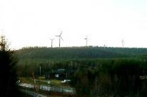 Så här kommer vindkraftparken att se ut när man åker på E4 i Överskog, norr om Härnösand. Om några veckor ska de 80 meter höga tornen monteras på plats.