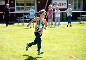 Teo Lundberg springer som om det gällde livet i brännbollsmatchen.
