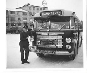 Hammarnäsbussen parkerad vid Busstorget i Östersund i mitten på 1950-talet. Chauffören Lennart Strömberg står lutad mot bussen.