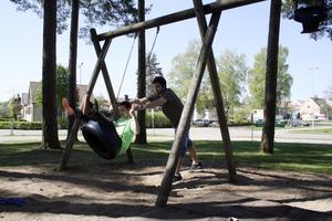 Magnus Åberg, lärare på särskolan, knuffar på Simon Erikssons gunga. Magnus berättar att det ofta är nedskräpat och sönderslaget vid Kanadaskogens lekplats.