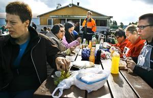 Kumlagänget tar en välbehövlig lunchpaus. Anna Wadsten, Ann Karlsson, Maria Bergendahl, Helen Karlsson, Eva-Lotta Eriksson och Robin Björk.