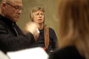 Janne Schaffer övar med Borganäskören inför torsdagskvällens konsert i Stora Tuna kyrka.